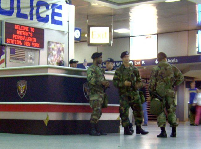 الحرس الوطني الأمريكي..التاريخ والنـشأة والتأسـيس Homeland_security_at_Penn_Station