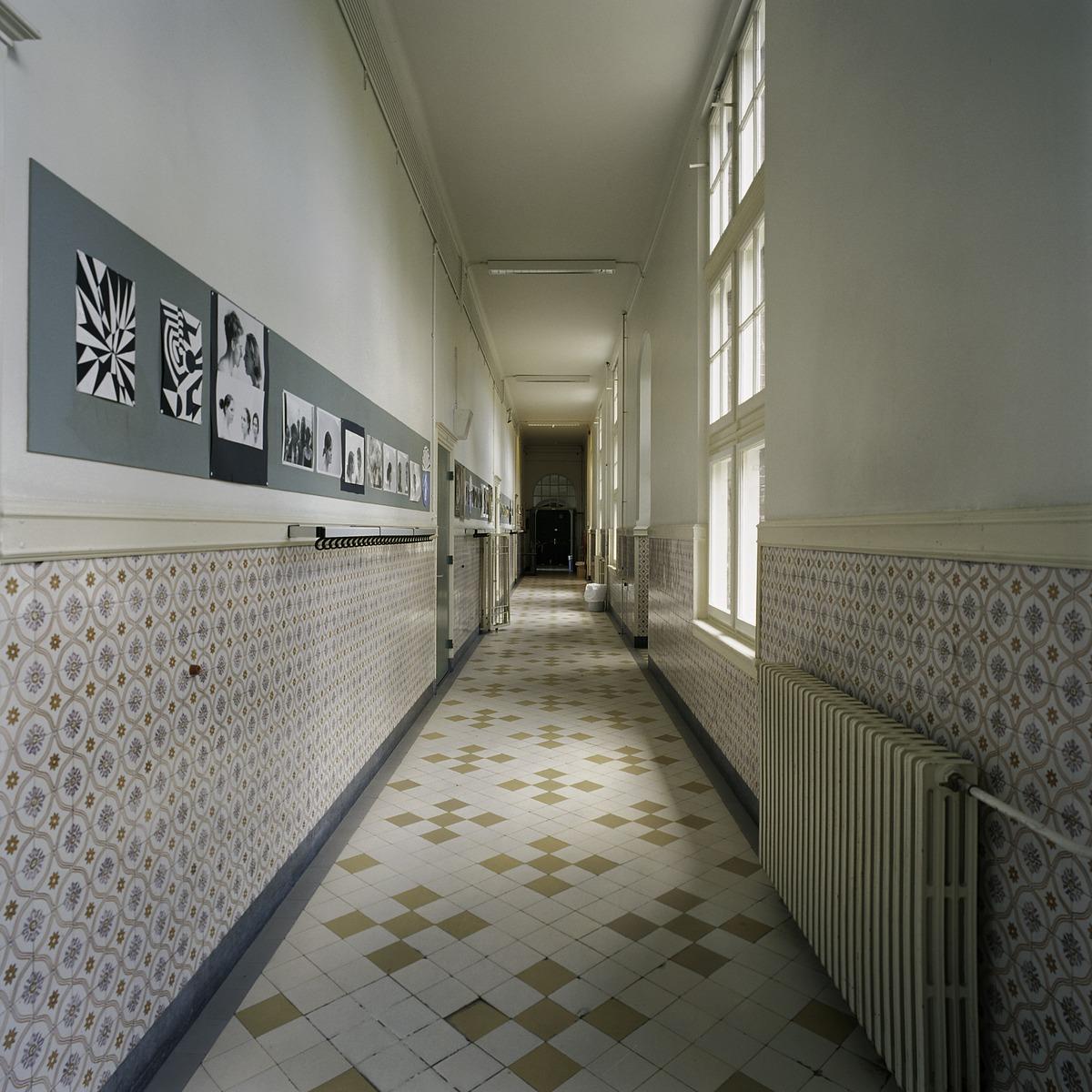File interieur overzicht van een gang met een lambrisering van geglazuurde tegels en een - Decoreren van een gang ...