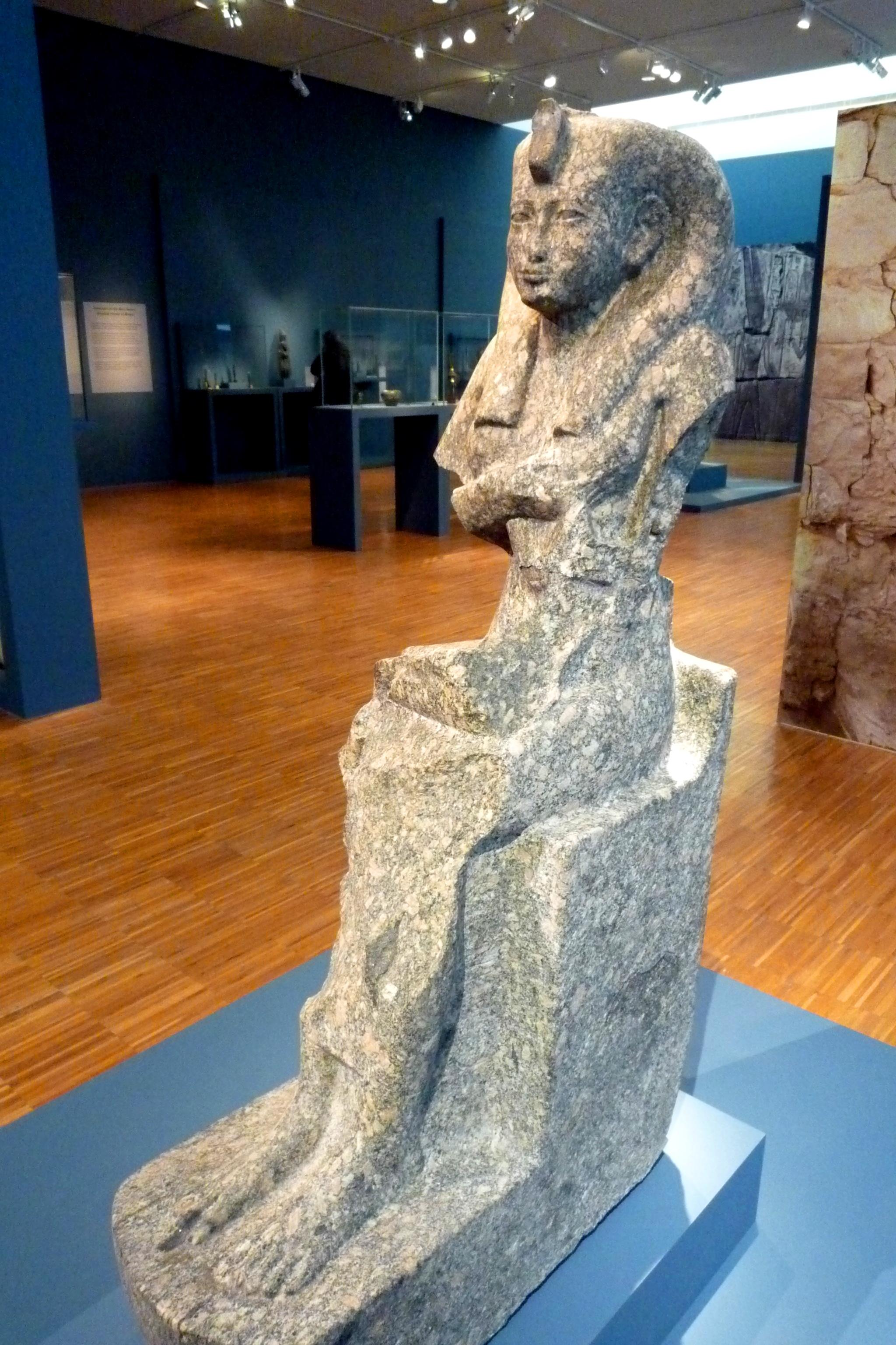 Statue d'Isis allaitant Horus