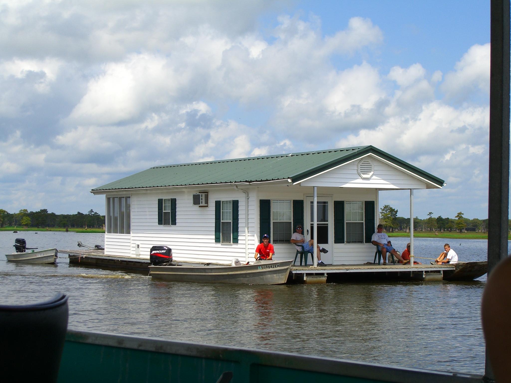 [Image: Lake_Bigeaux_houseboat.JPG]