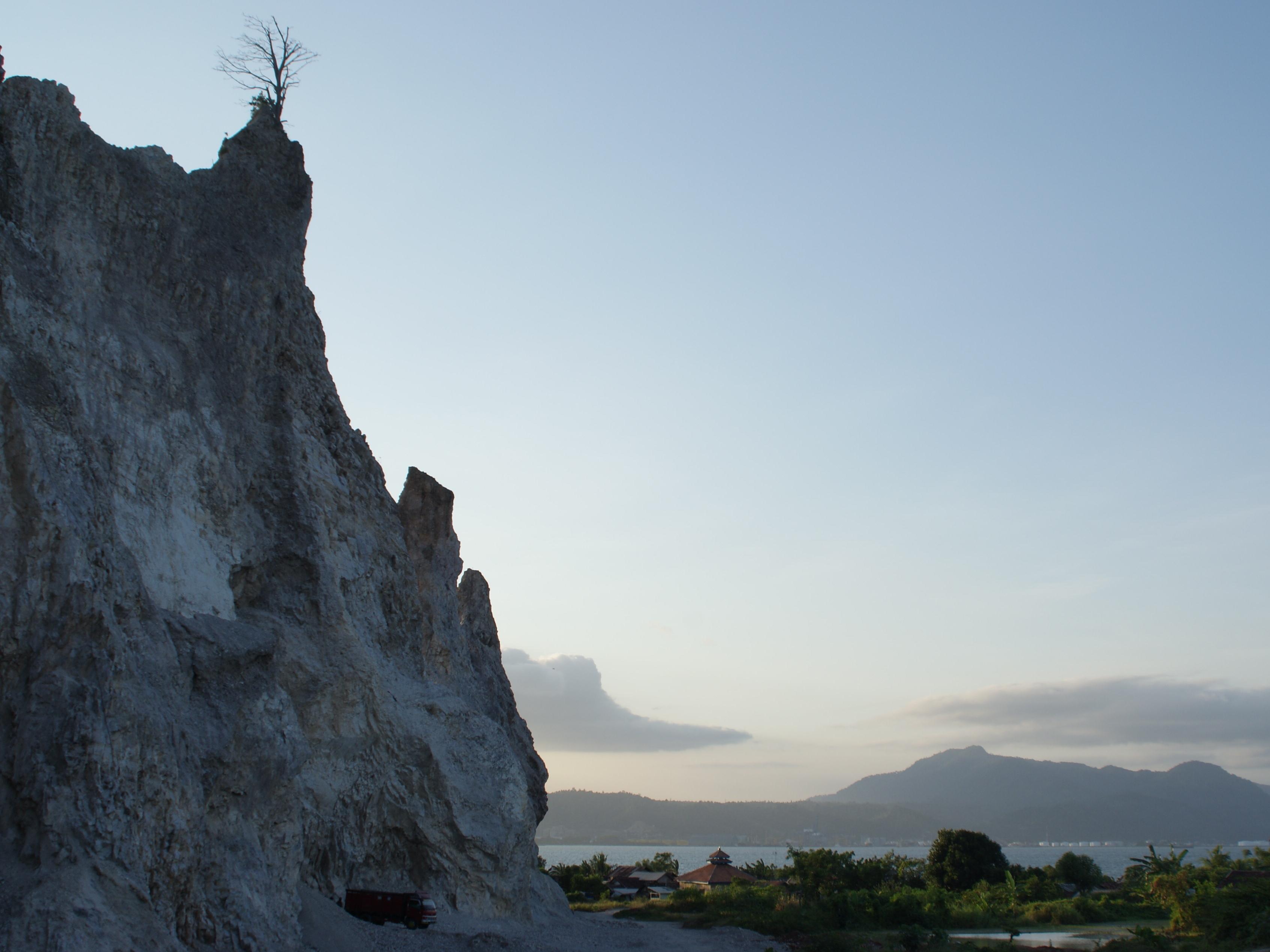Hasil gambar untuk Pantai Mutun dan Pulau Tangkil