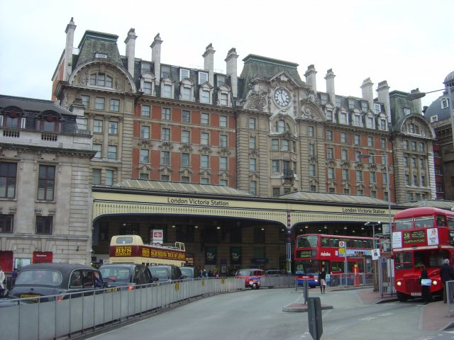 File:London Victoria Station - geograph.org.uk - 4687.jpg ...