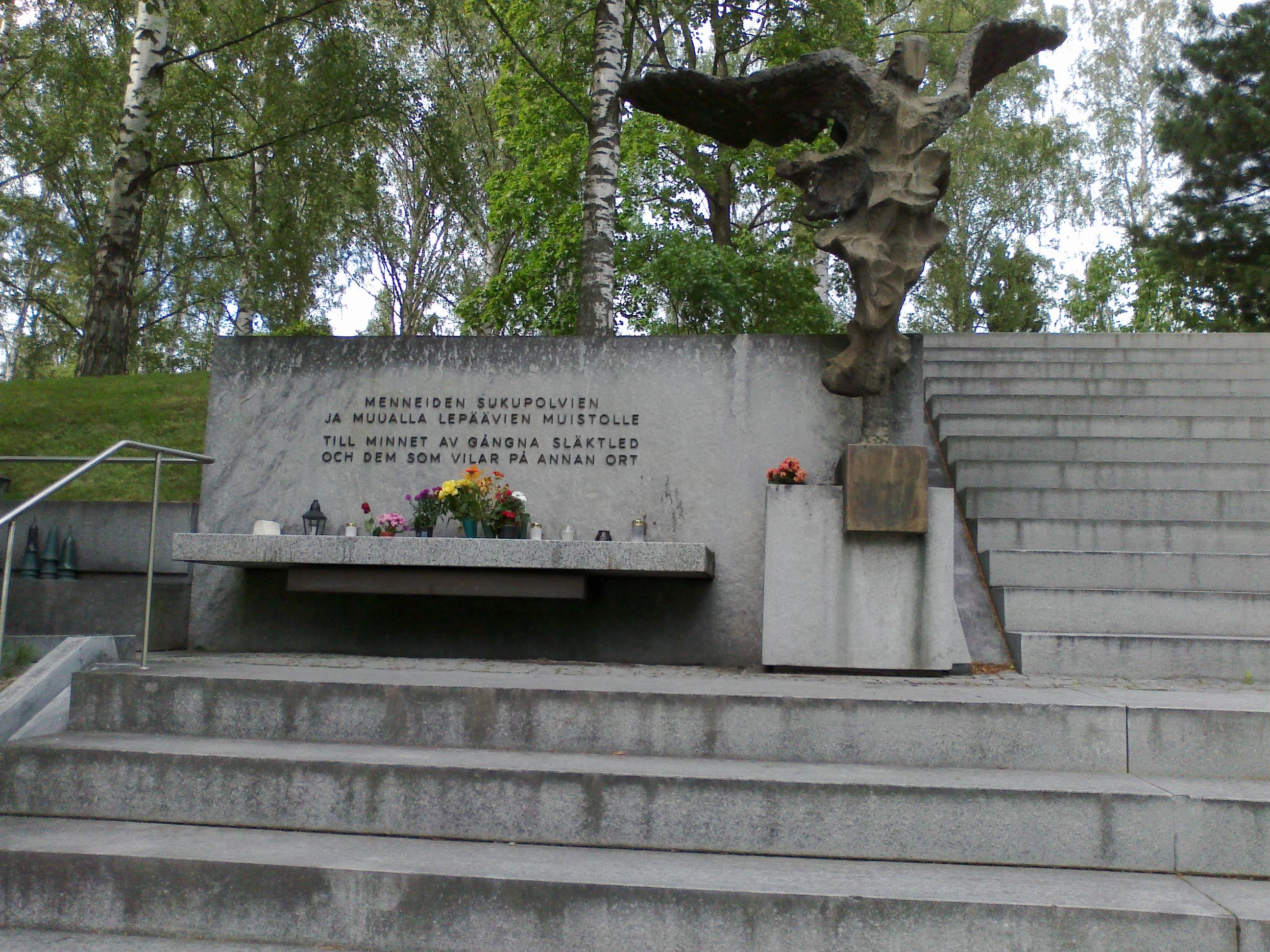 File:Menneiden sukupolvien ja muualla lepäävien muistomerkki, Hietaniemen hautausmaa.jpg ...