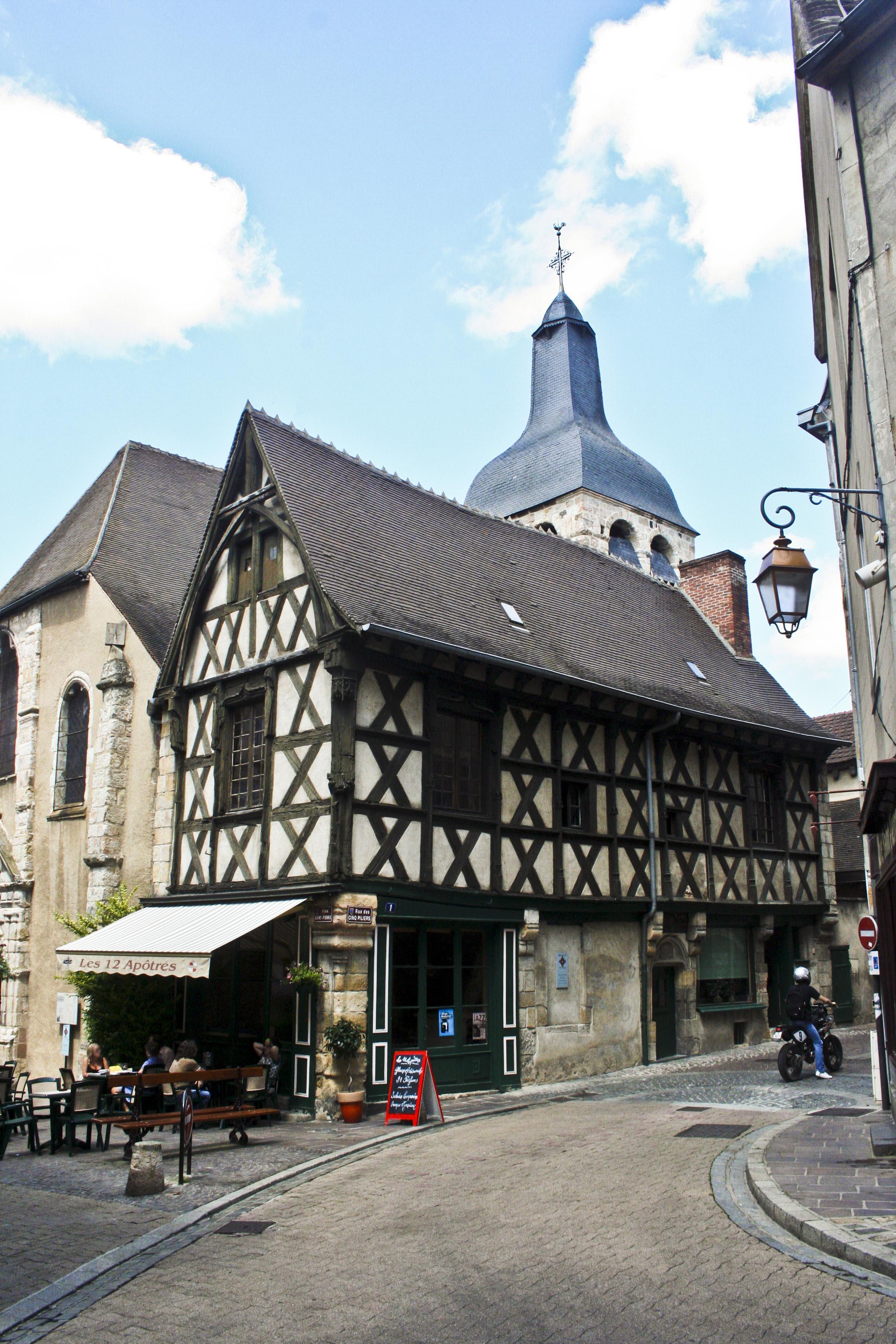 File Montlucon 12Apôtres Wikimedia mons