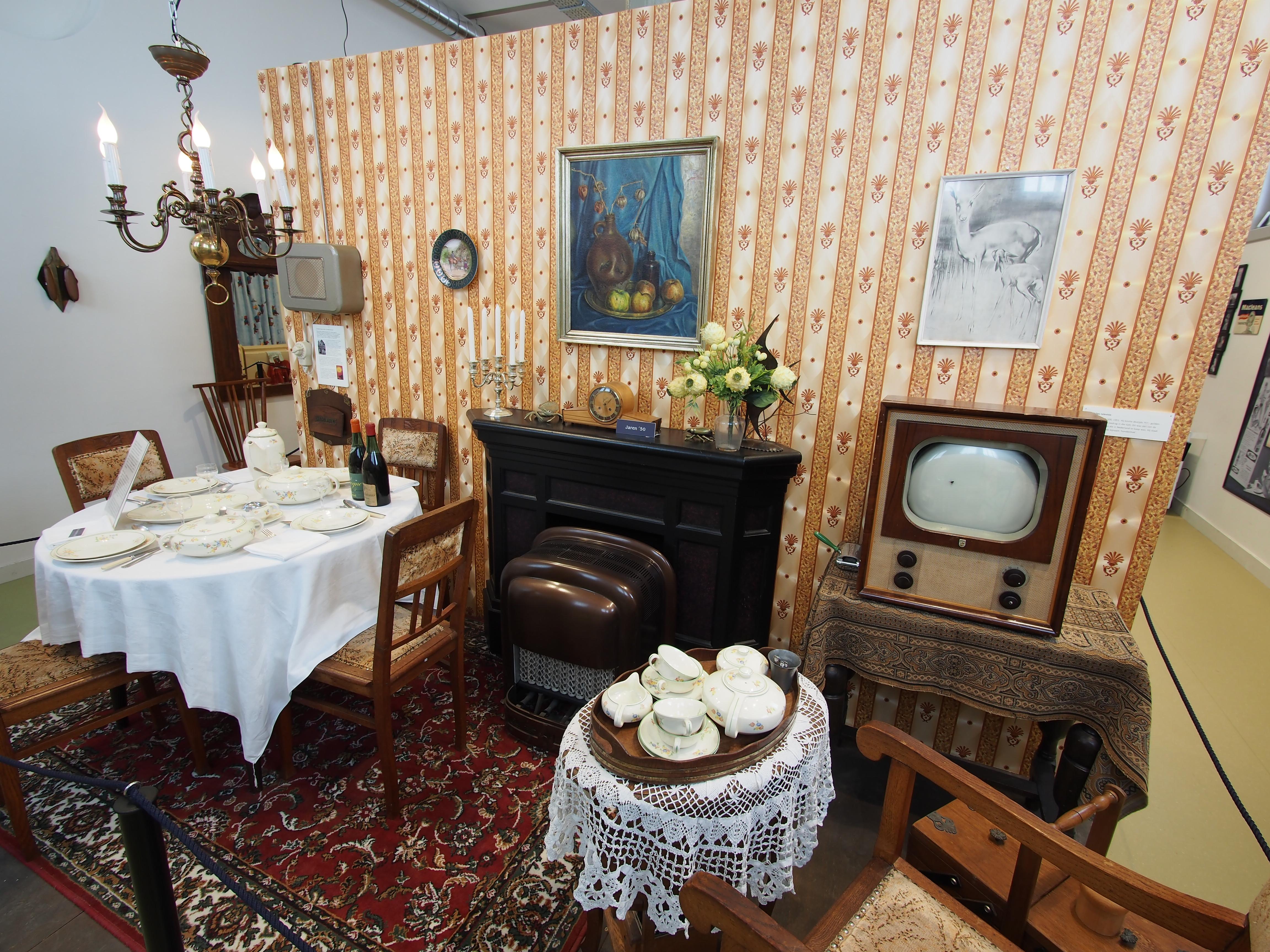 File:Museum van de Twintigste Eeuw, Oude woonkamer foto 2.JPG ...