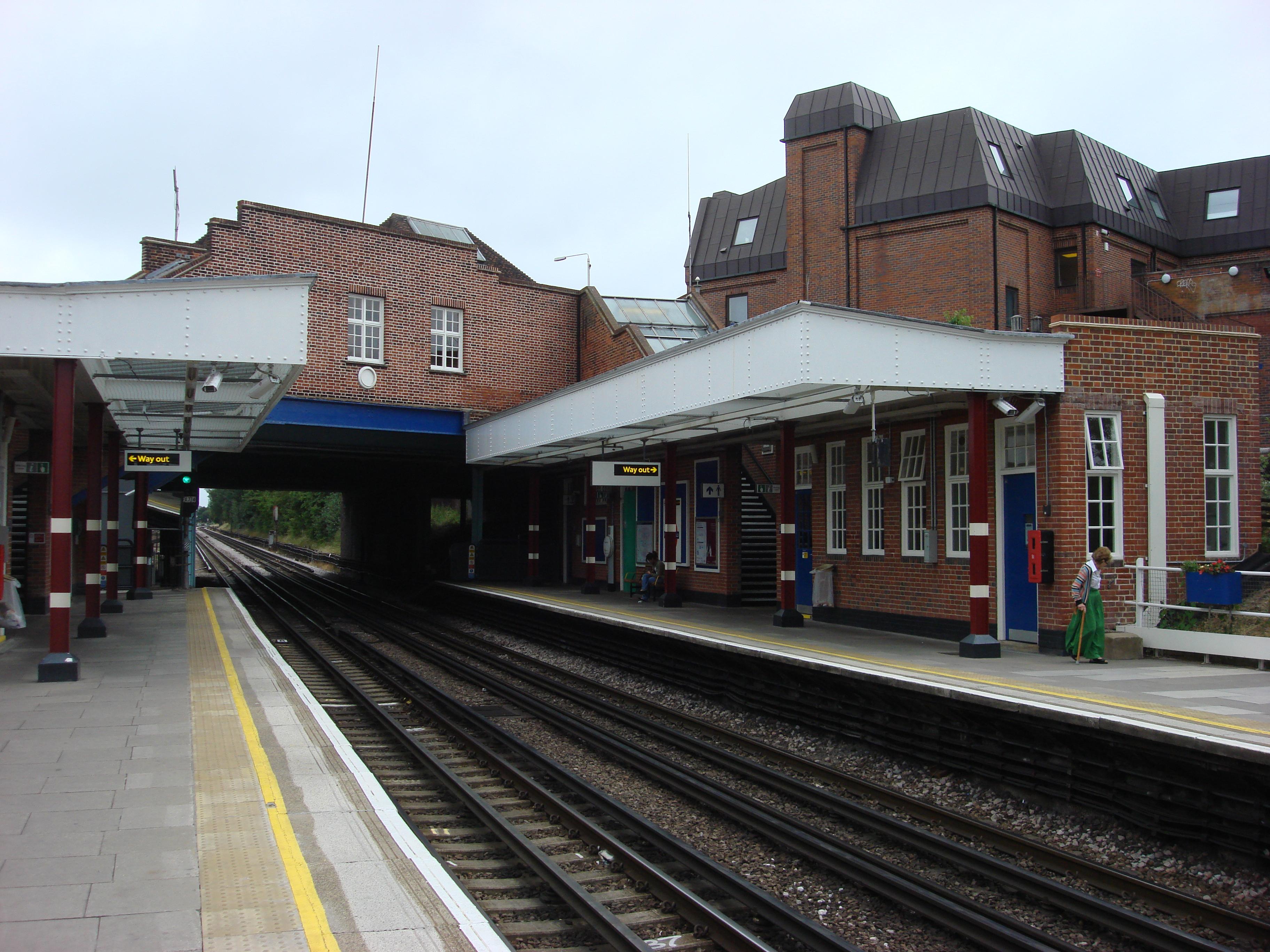 File:Northwood Hills northbound platform 2.jpg - Wikimedia Commons