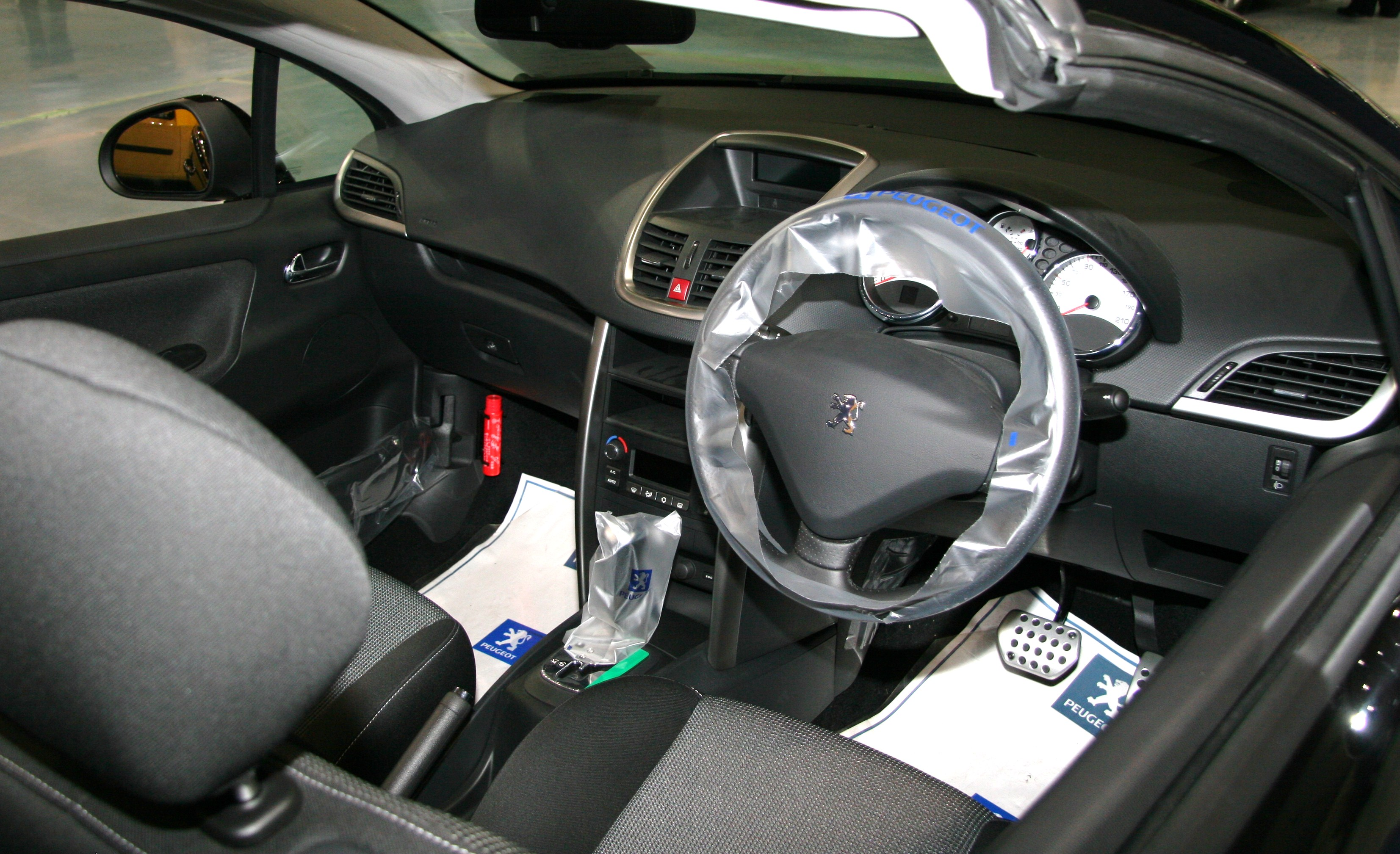 File peugeot 207 cc wikimedia commons for Peugeot 207 interior