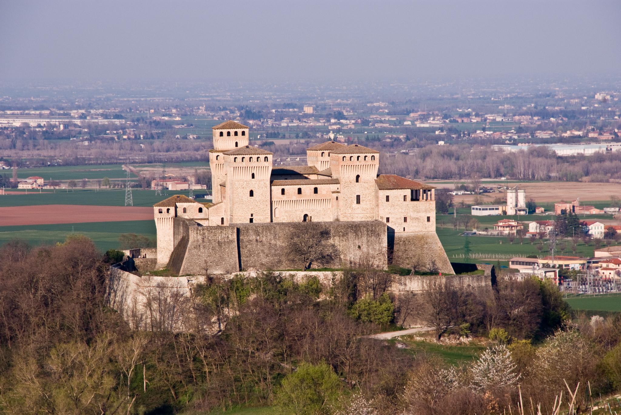 File:Torrechiara - Castello.JPG - Wikimedia Commons