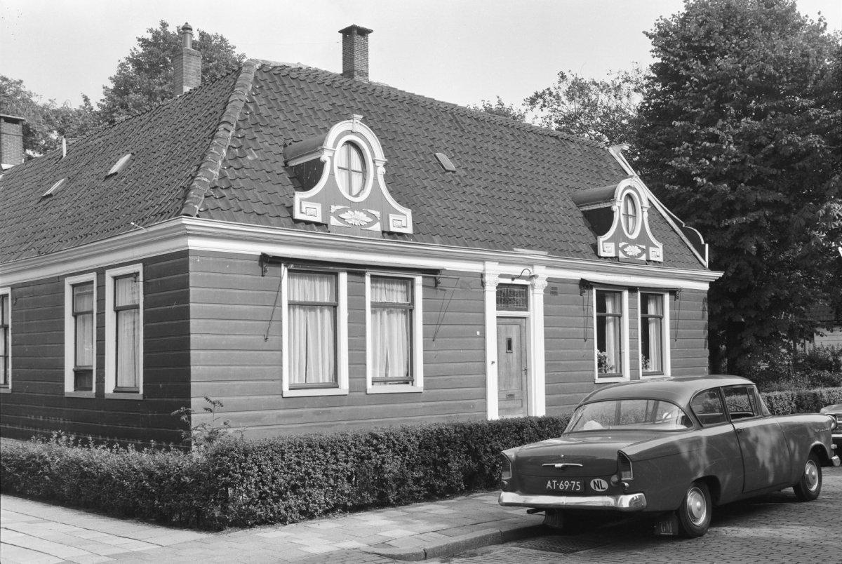 Houten huis met een ingang tussen ionische pilasters en aan de straat tevens twee dakkapellen - Tussen huis ...