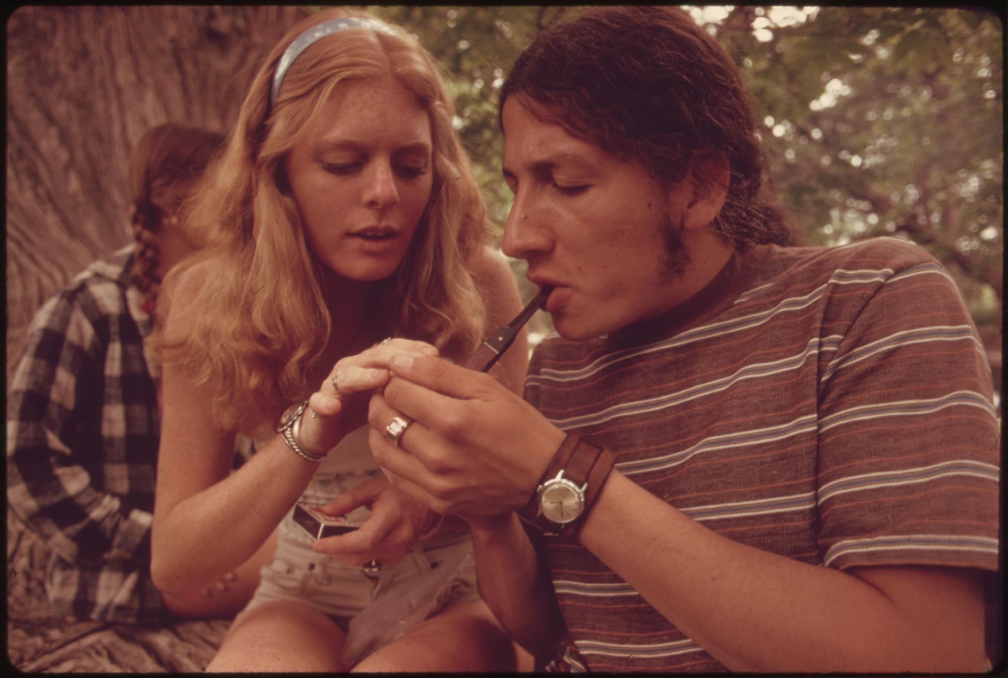 תוצאת תמונה עבור parents smoking weed