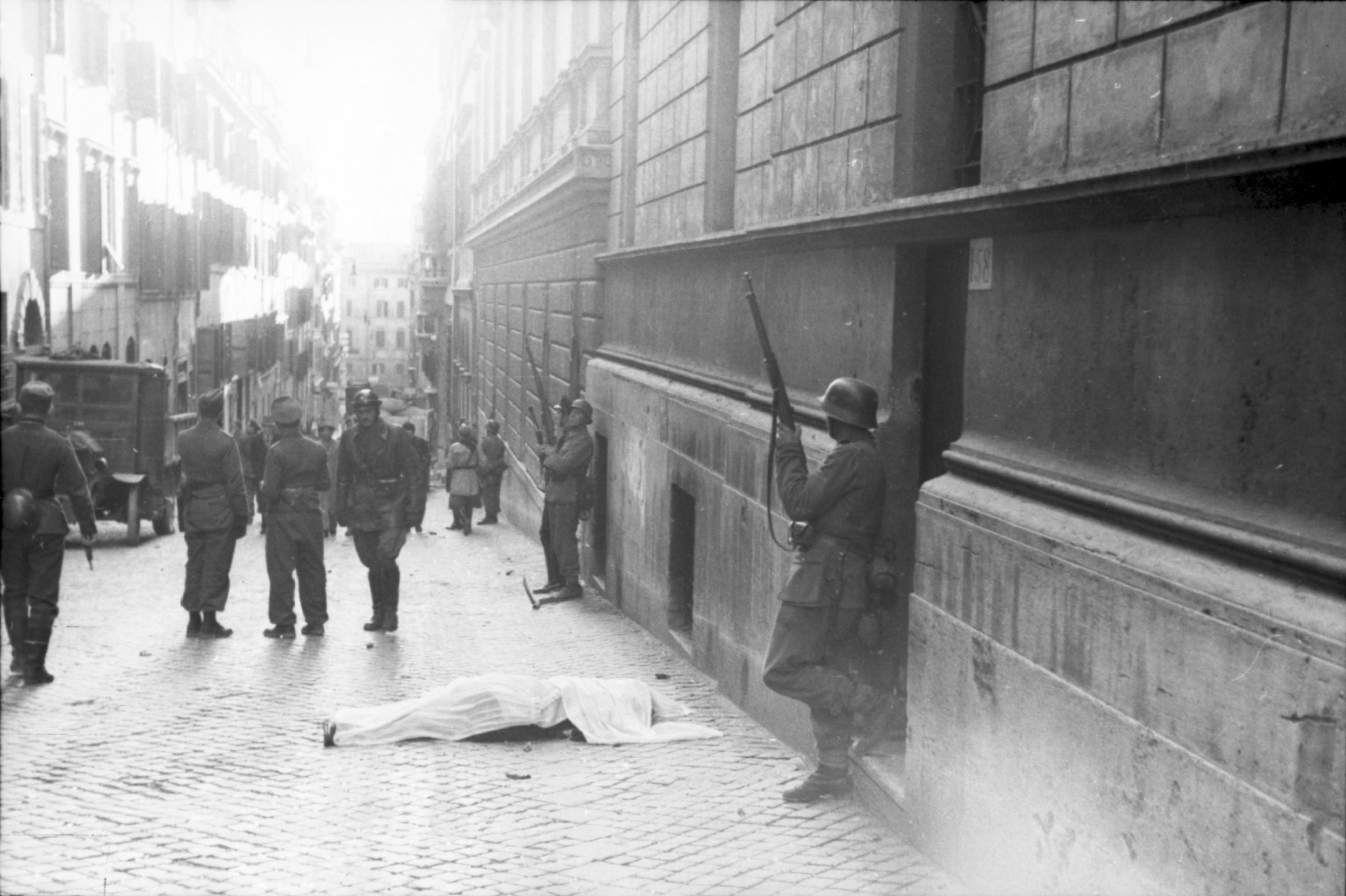 Bundesarchiv Bild 101I-312-0983-10, Rom, Soldaten vor Gebäude.jpg