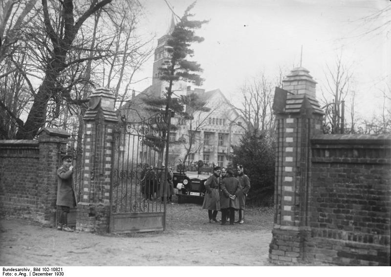 https://upload.wikimedia.org/wikipedia/commons/e/ef/Bundesarchiv_Bild_102-10821,_Breslau,_Verhaftung_von_Nationalsozialisten.jpg