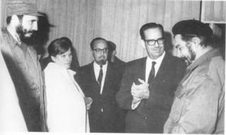 El Che Guevara es recibido en el aeropuerto, en 1965, por Fidel Castro, su esposa Aleida March, Carlos Rodríguez, y el presidente Dorticós. También se encontraban presentes, sin aparecer en la foto, Raúl Castro y su hija mayor, Hilda.