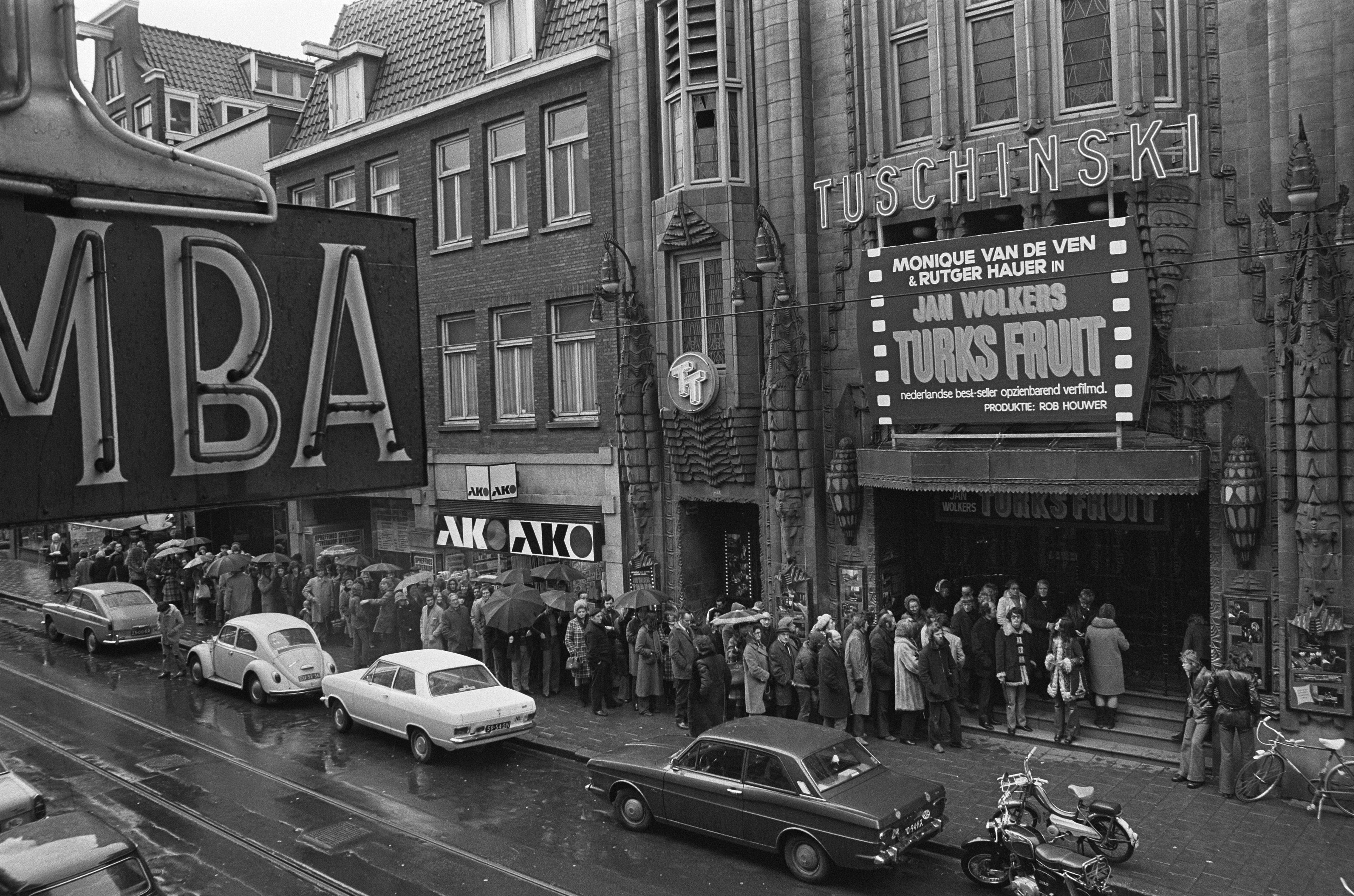 File:Drukte bij Tuschinski, Amsterdam bij film Turks Fruit, Bestanddeelnr  926-2569