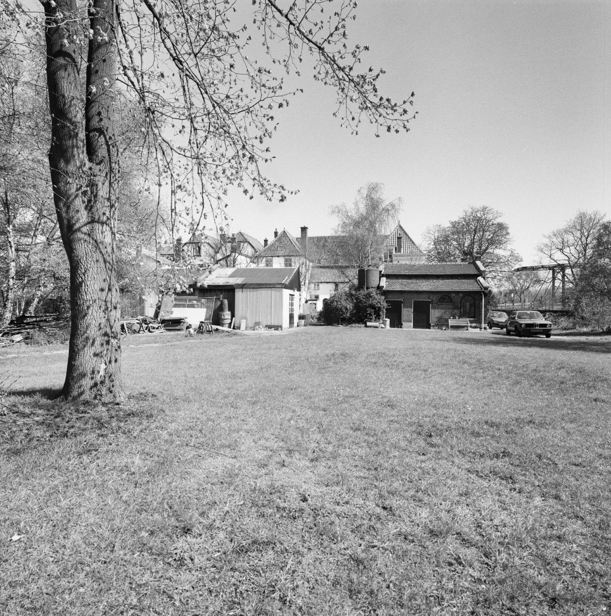 File exterieur huis middendorp linker zijde overzicht tuin op de voorgrond fabrieksgebouwtje - Huis exterieur ...