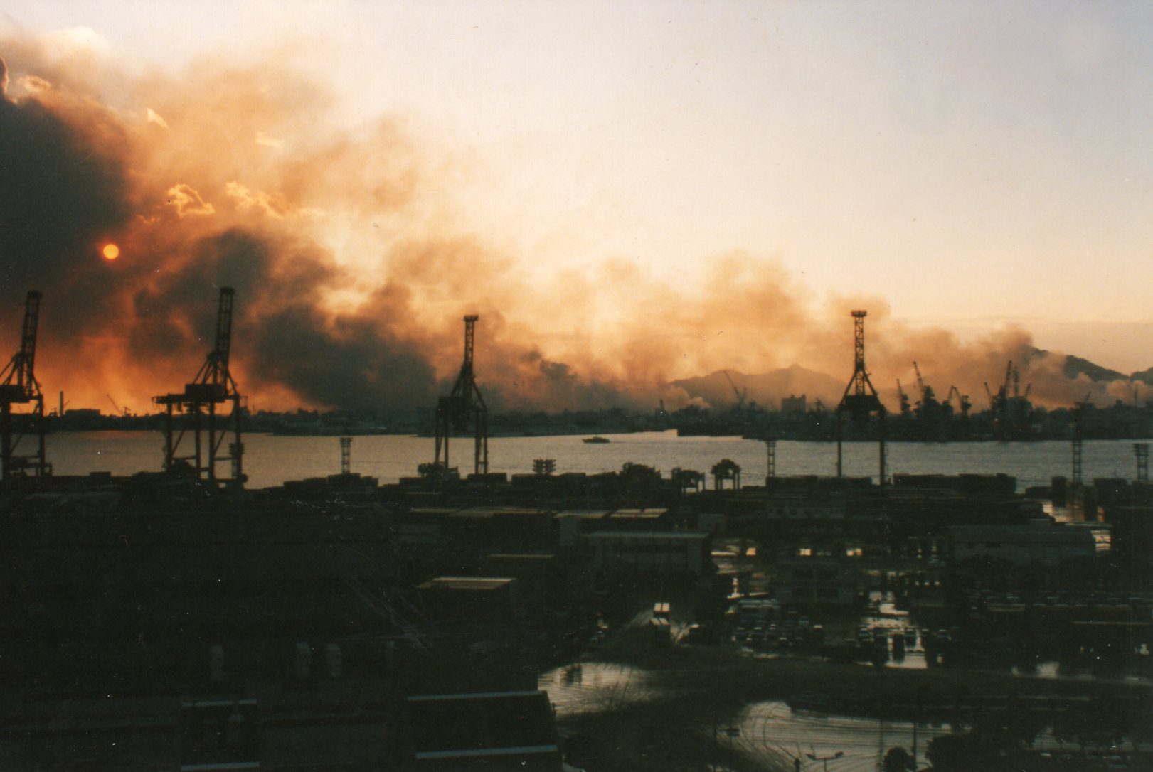https://upload.wikimedia.org/wikipedia/commons/e/ef/Fire_of_Great_Hanshin_earthquake_Seen_from_Portisland.jpg