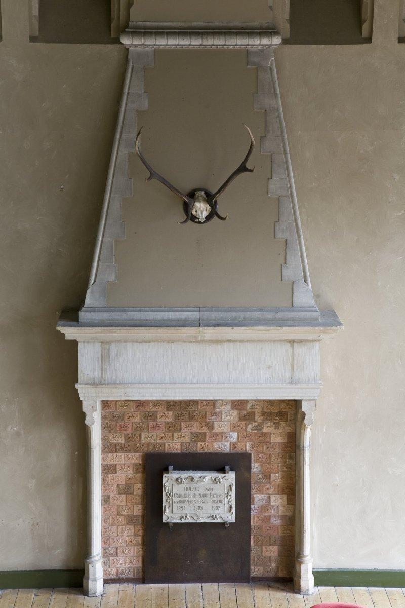 fileinterieur overzicht van de schouw met gedenksteen voor cornelis hendrik peters bouwmeester