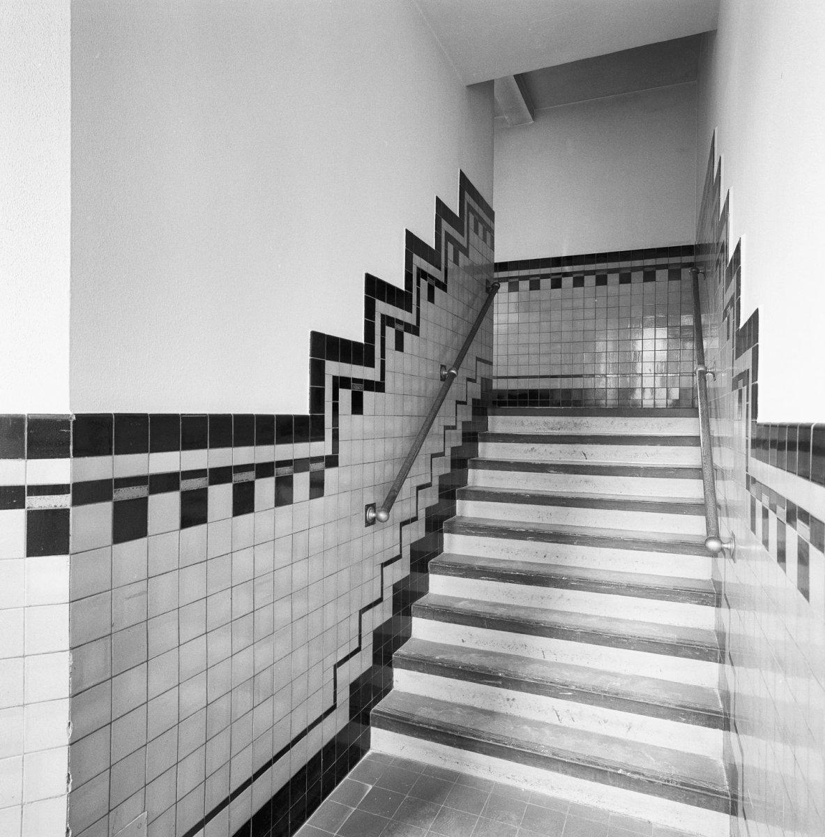 File:Interieur, verdieping- trappenhuis en liften met betegelde ...