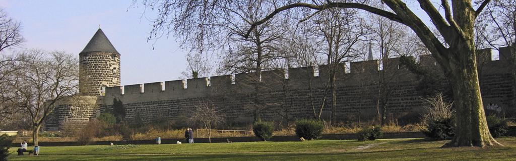 Hochmittelalterliche Stadtmauer am Hansaring, März 2005