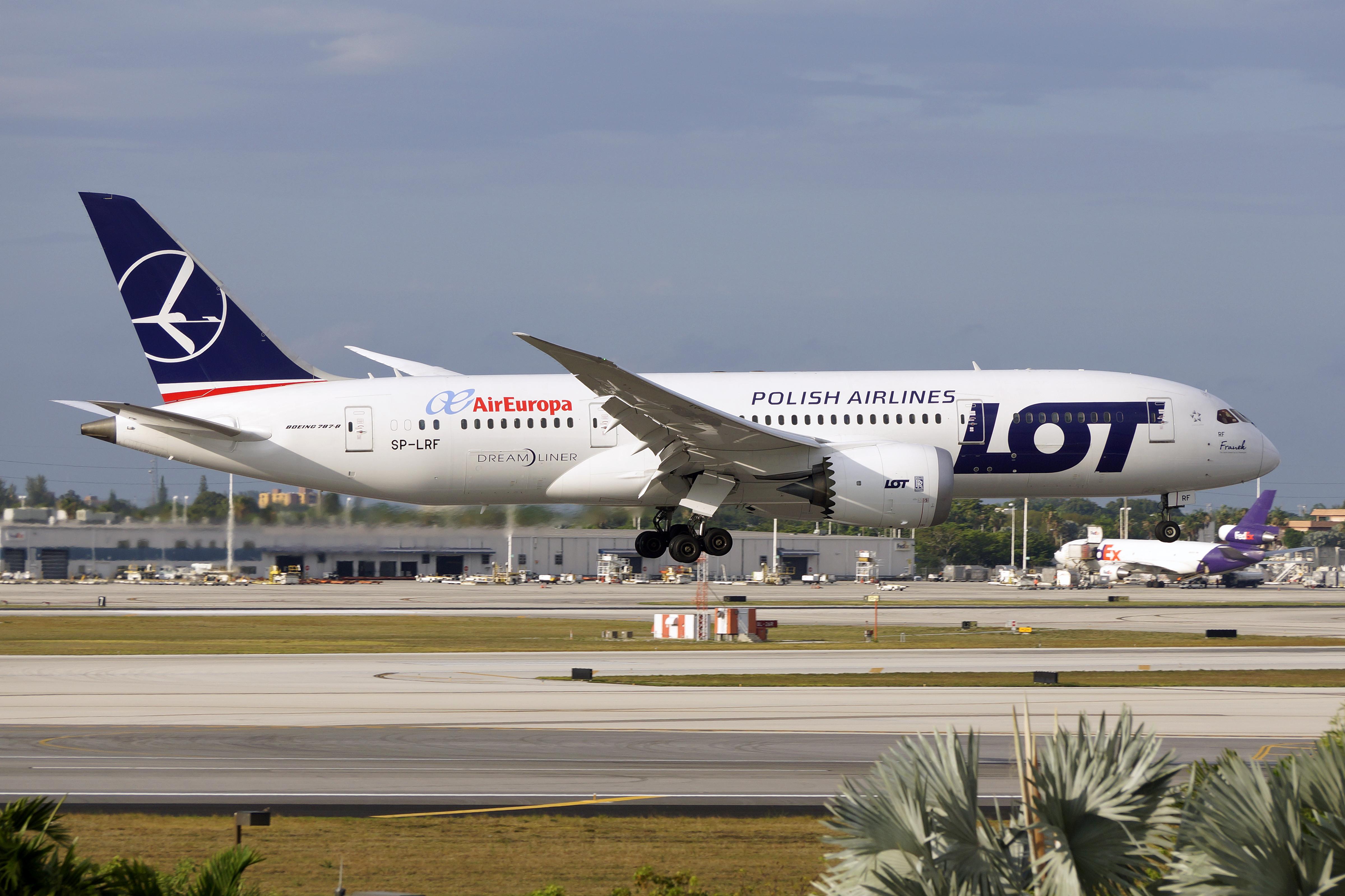 File:LOT Boeing 787 landing at Miami International Airport.jpg