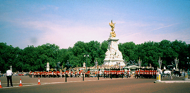 File:London, Changing of the Guard- The Mall - geograph org
