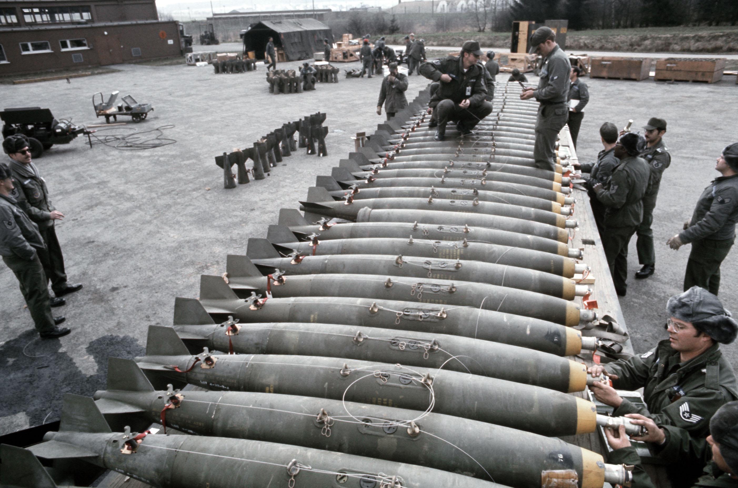 L'actu de la MARINE NATIONALE, de notre défense et de nos alliés /2 - Page 22 Mk_82_bombs_being_armed_Hahn_AB_1978