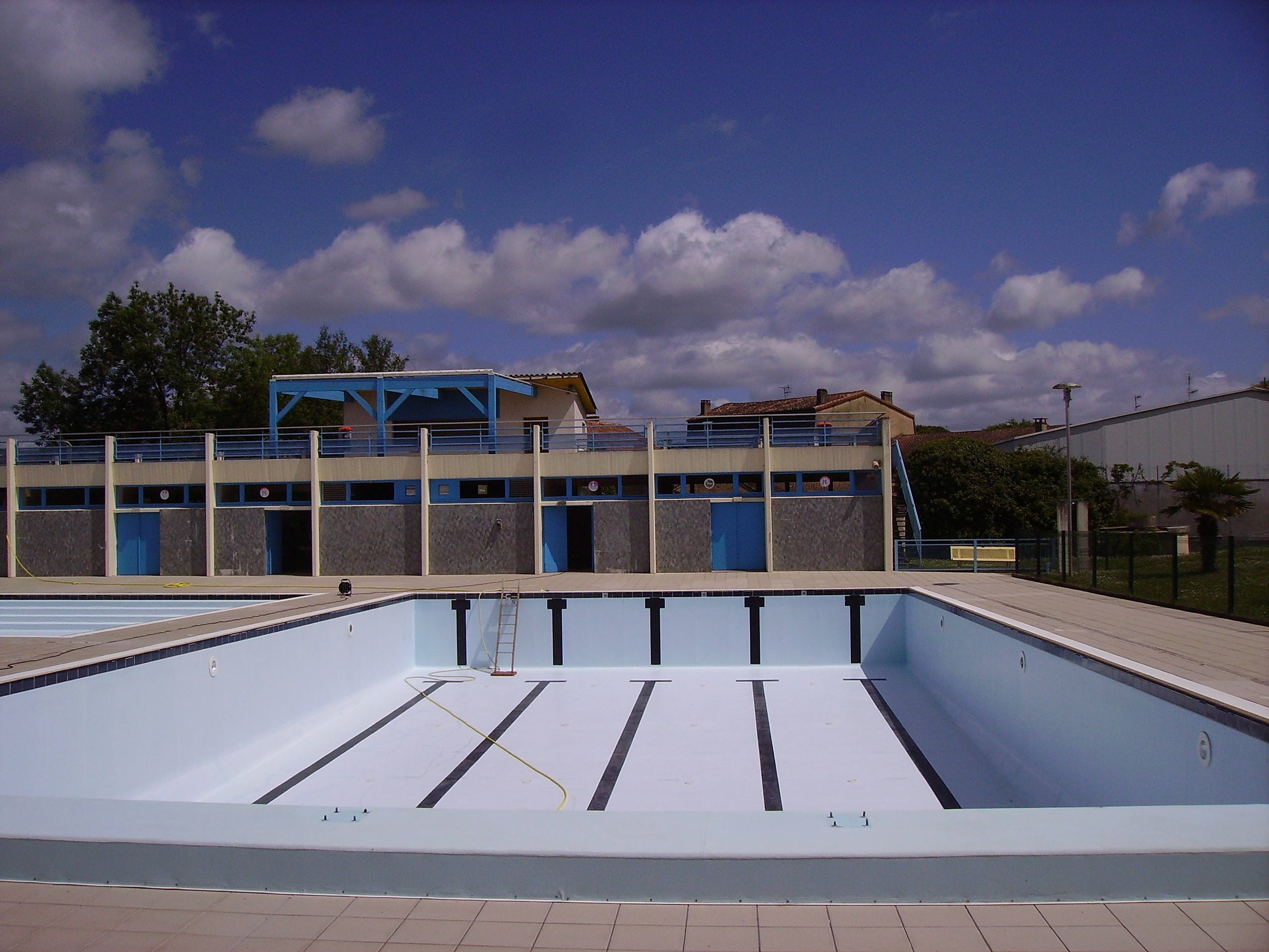 File mussidan empty swimming wikimedia commons for Empty swimming pool