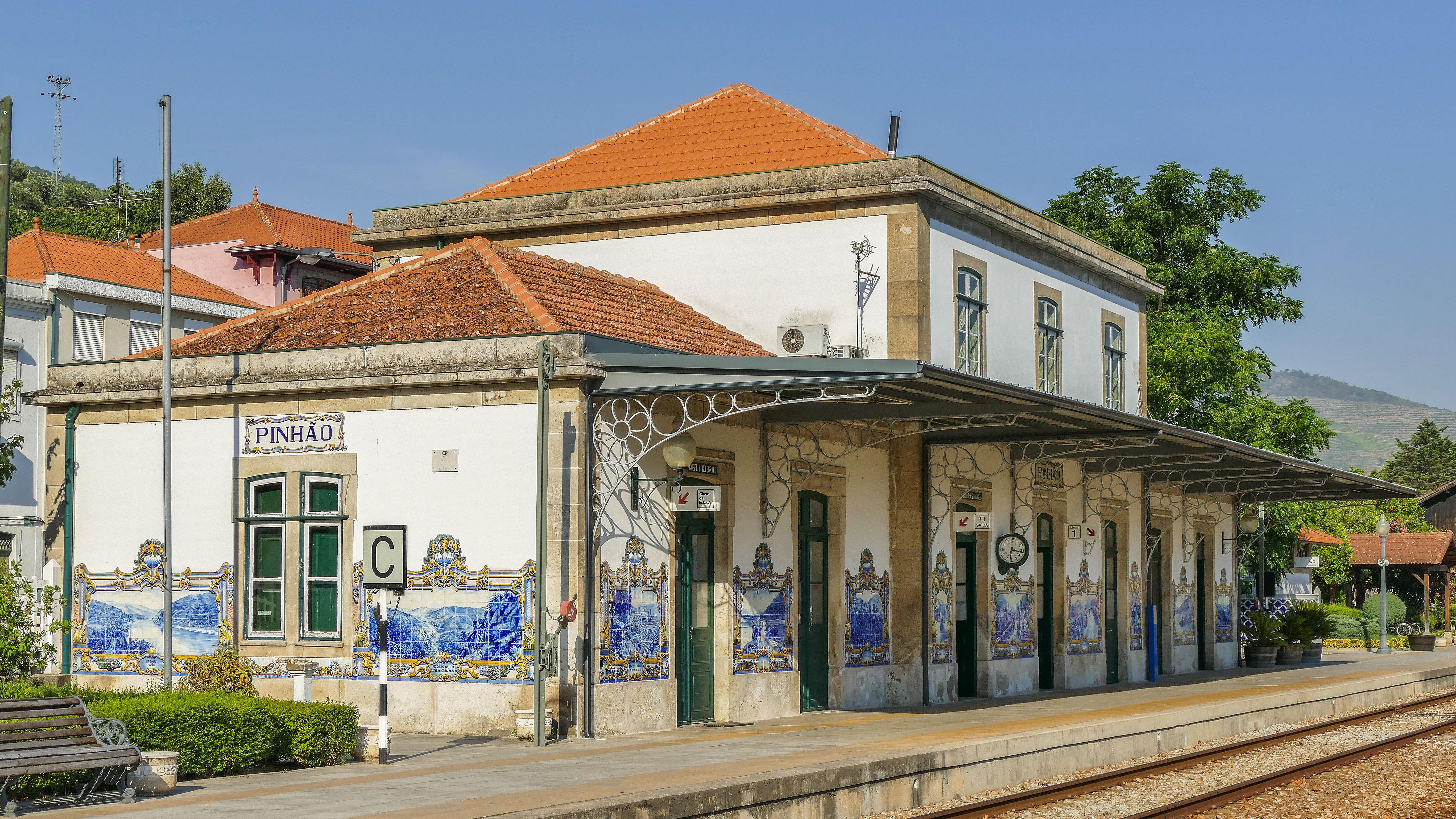 https://upload.wikimedia.org/wikipedia/commons/e/ef/Pinh%C3%A3o_Bahnhof.jpg