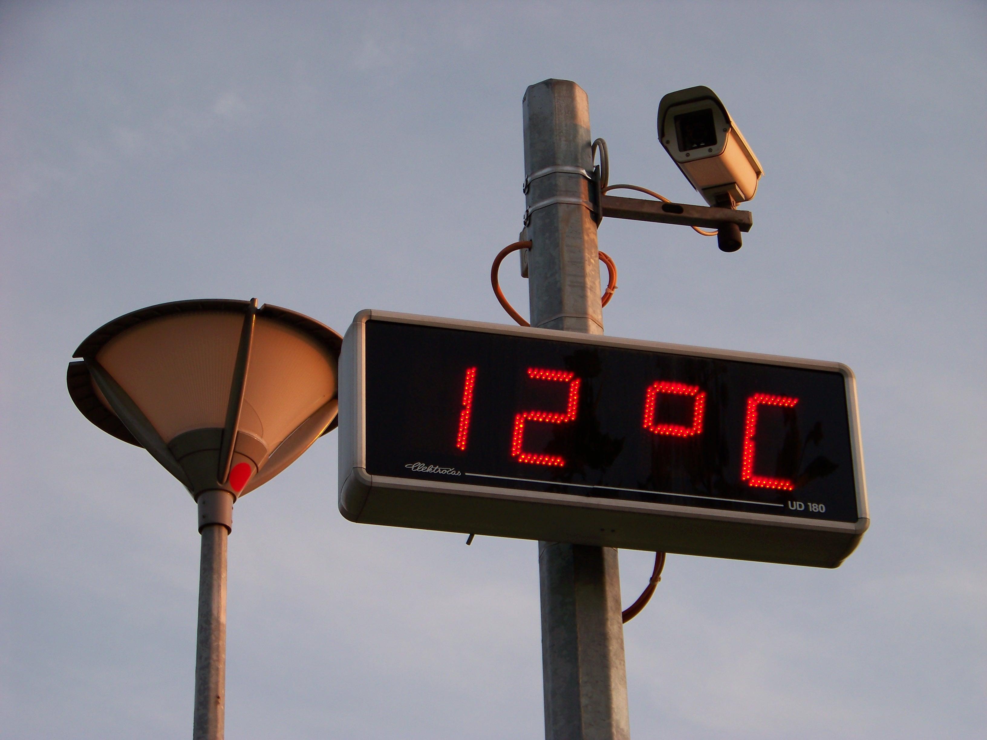 ファイル:Prosek, displej času a teploty a kamera, teplota.jpg