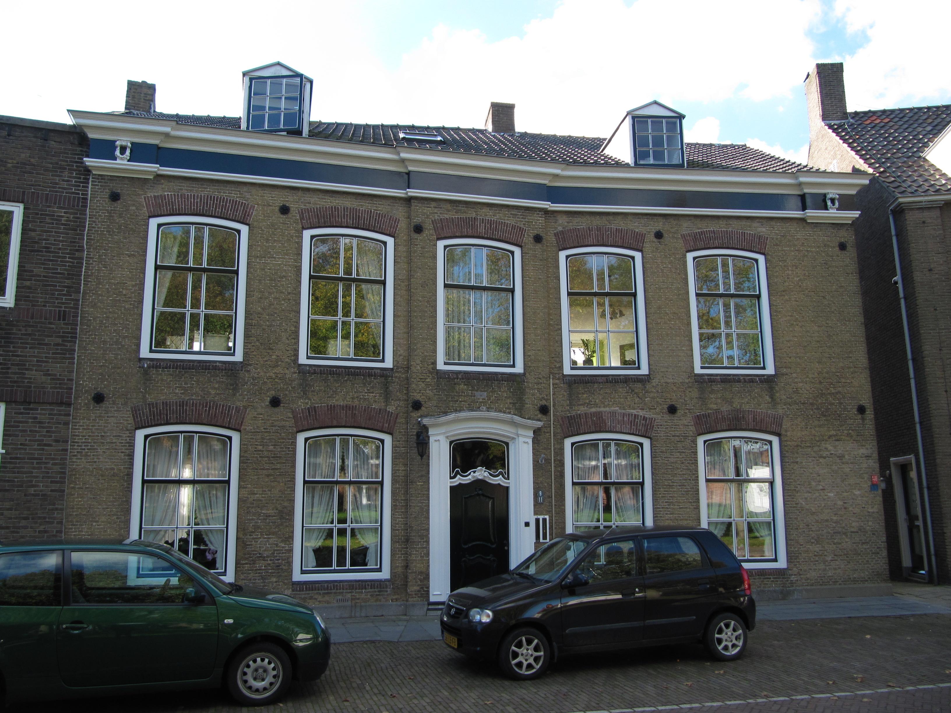Nieuw huis opgebouwd met behoud van oude lijstgevel vijf travee n brede gevel van gele baksteen - Oude huis gevel ...