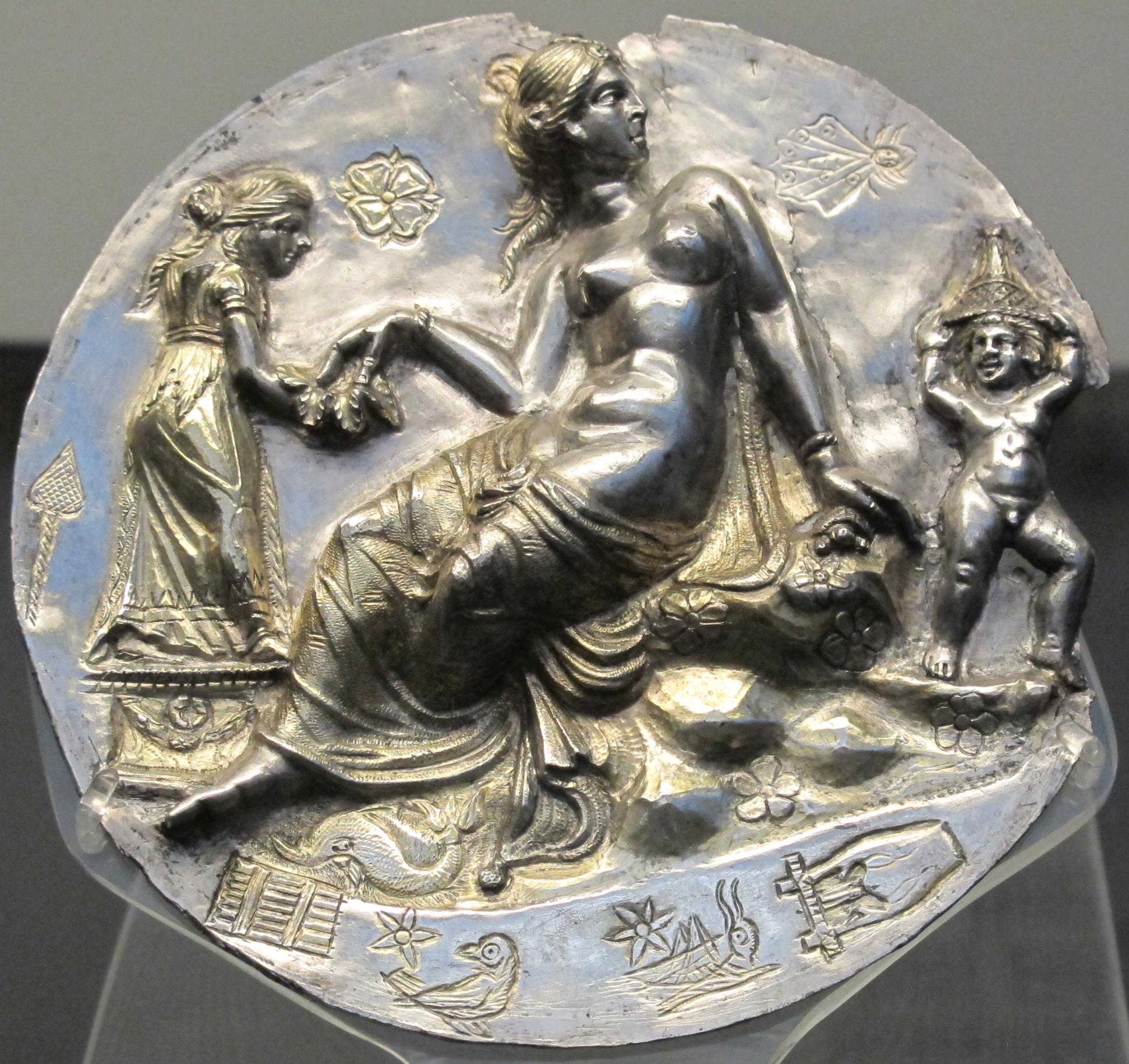 File Taranto Medaglione D 39 Argento Con Afrodite Al Bagno