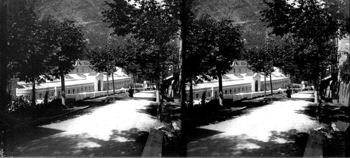 Fonds Trutat - Photographie ancienne  Cote: TRU C 3297 Localisation: Fonds ancien (S 30)  Original non communicable  Titre: Thermes du Teich, Ax-les-Thermes, 26 août 1905  Auteur: Trutat, Eugène Rôle de l'auteur: Photographe  Lieu de création: Ax-les-Thermes (Ariège) Date de création: 1905  Mesures:: 6 x 13 cm  Mot(s)-clé(s):  -- Ville -- Thermes -- Bâtiment -- Jardin public -- Allée -- Arbre -- Ombre  -- Ariège (France; haute vallée) -- Ax-les-Thermes (Ariège) -- Teich (Ax-les-Thermes; établissement thermal) -- Ariège (France; rivière) -- Pyrénées (France)  -- 20e siècle, 1e quart  Médium: Photographies -- Négatifs sur plaque de verre -- Noir et blanc -- Paysages urbains -- Stéréogrammes Médium: Positifs sur plaque de verre -- Noir et blanc -- Stéréogrammes -- Paysages urbains  Bibliographie:    Menelon (E). -Ax-les-Thermes (Ariège), plan de la ville avec vue panoramique et les établissements thermaux. - Foix: 1902; 19 cm  Bibliothèque d'étude et du patrimoine:                                     Fonds régional: (LmD 4441)   Voir:  TRU C 2200 Thermes du Teich, Ax-les-Thermes, 26 août 1905   numerique.bibliotheque.toulouse.fr/cgi-bin/library?c=phot...  Bibliothèque de Toulouse. Domaine public