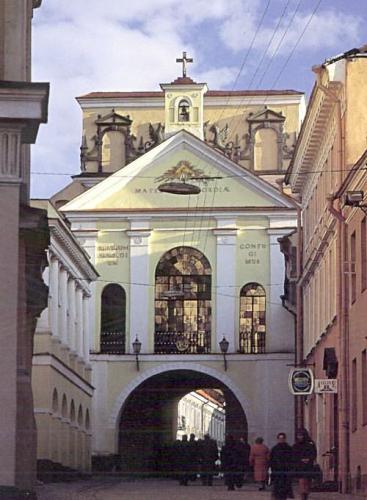 Morgengryets port i Vilnius, kapellet for Vår Frue er i midten bak glassvinduet