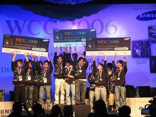 https://upload.wikimedia.org/wikipedia/commons/e/ef/WCG_2006_Warcraft_3_Winners.jpg