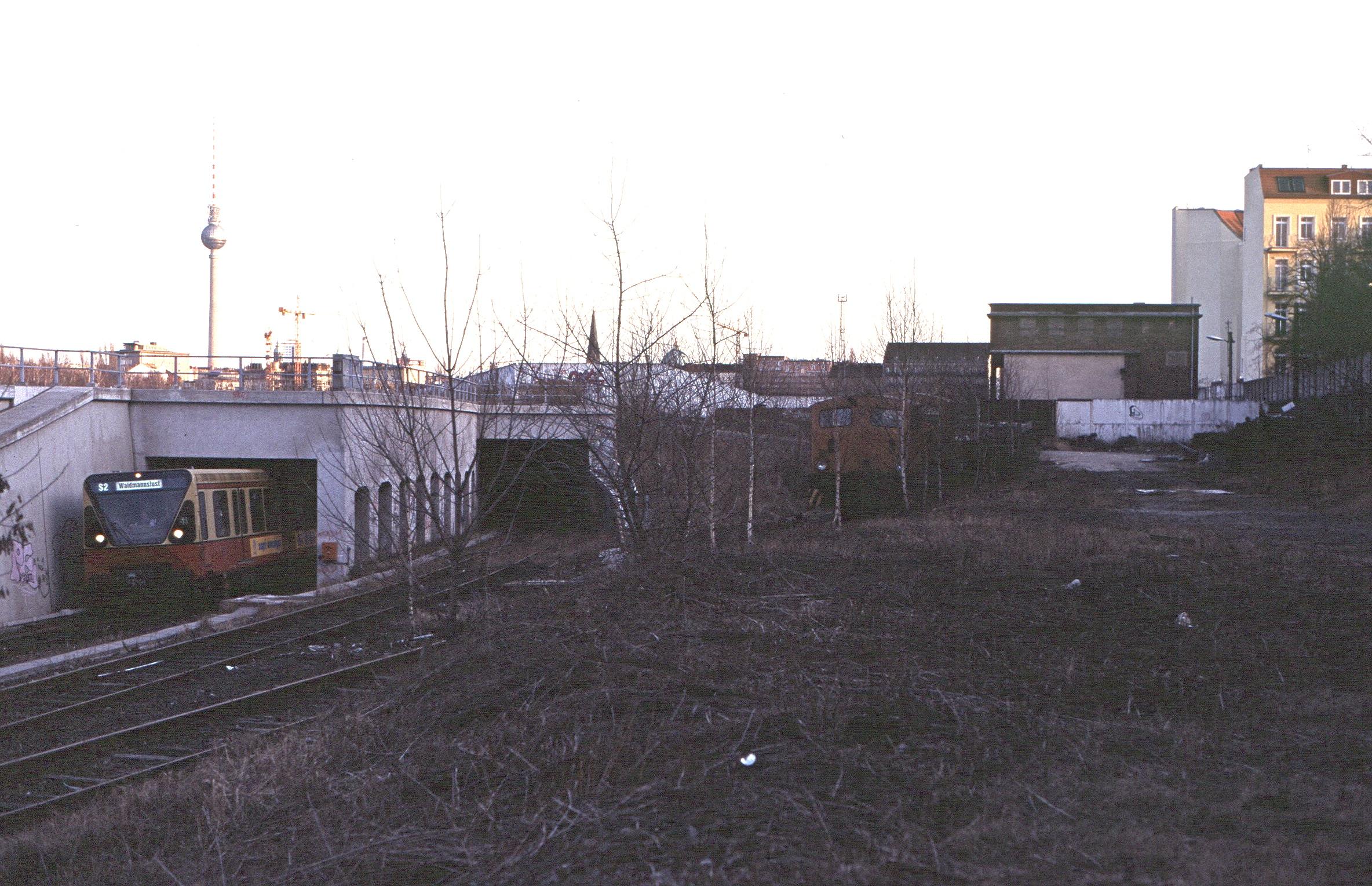 Linker und mittlerer Tunnelmund am Nordbahnhof mit ausfahrendem Zug der Baureihe 480, 1997