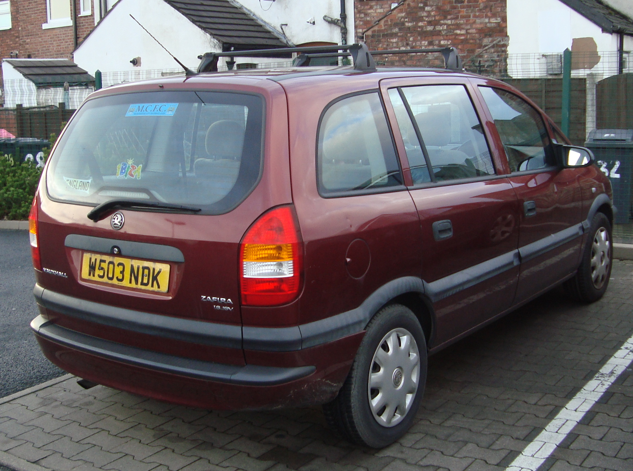 File:2000 Vauxhall Zafira 1.6 Club (16130939166).jpg - Wikimedia Commons