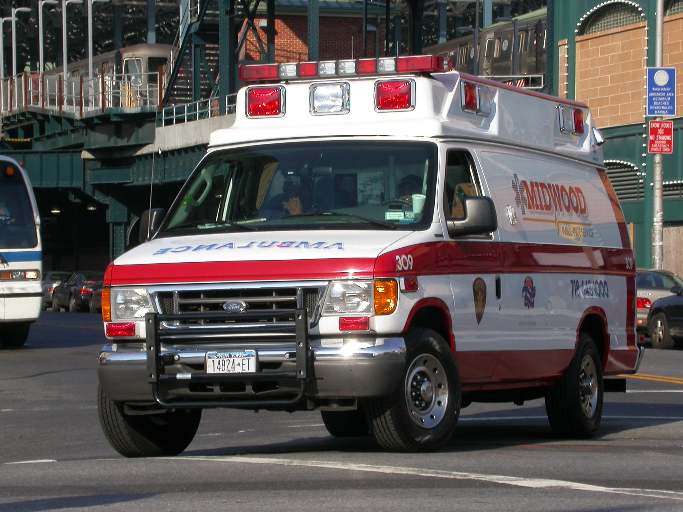 Ford Econoline 350 >> File:2005 Ford E-350 Midwood Ambulance.jpg - Wikipedia