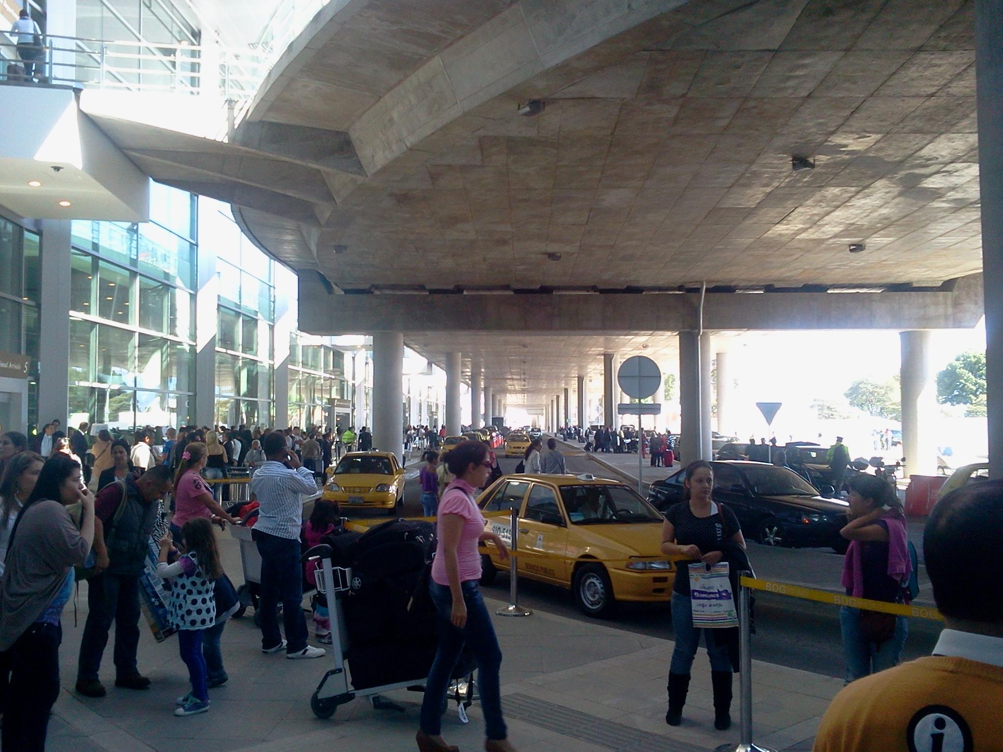 File aeropuerto el wikimedia commons for Puerta 6 aeropuerto el dorado