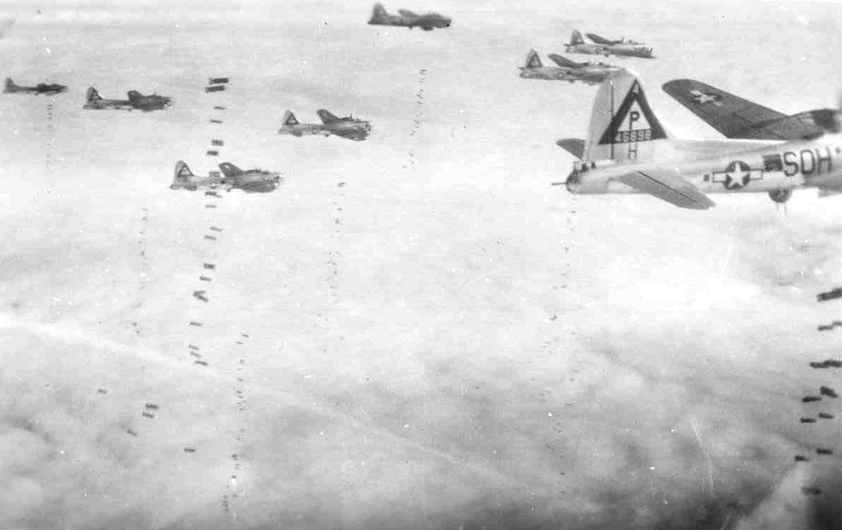 File:B-17G formation on bomb run.jpg