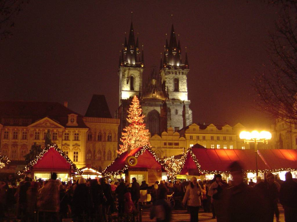 https://upload.wikimedia.org/wikipedia/commons/f/f0/Christmas_Old_Town_Square_Prague_2007.jpg