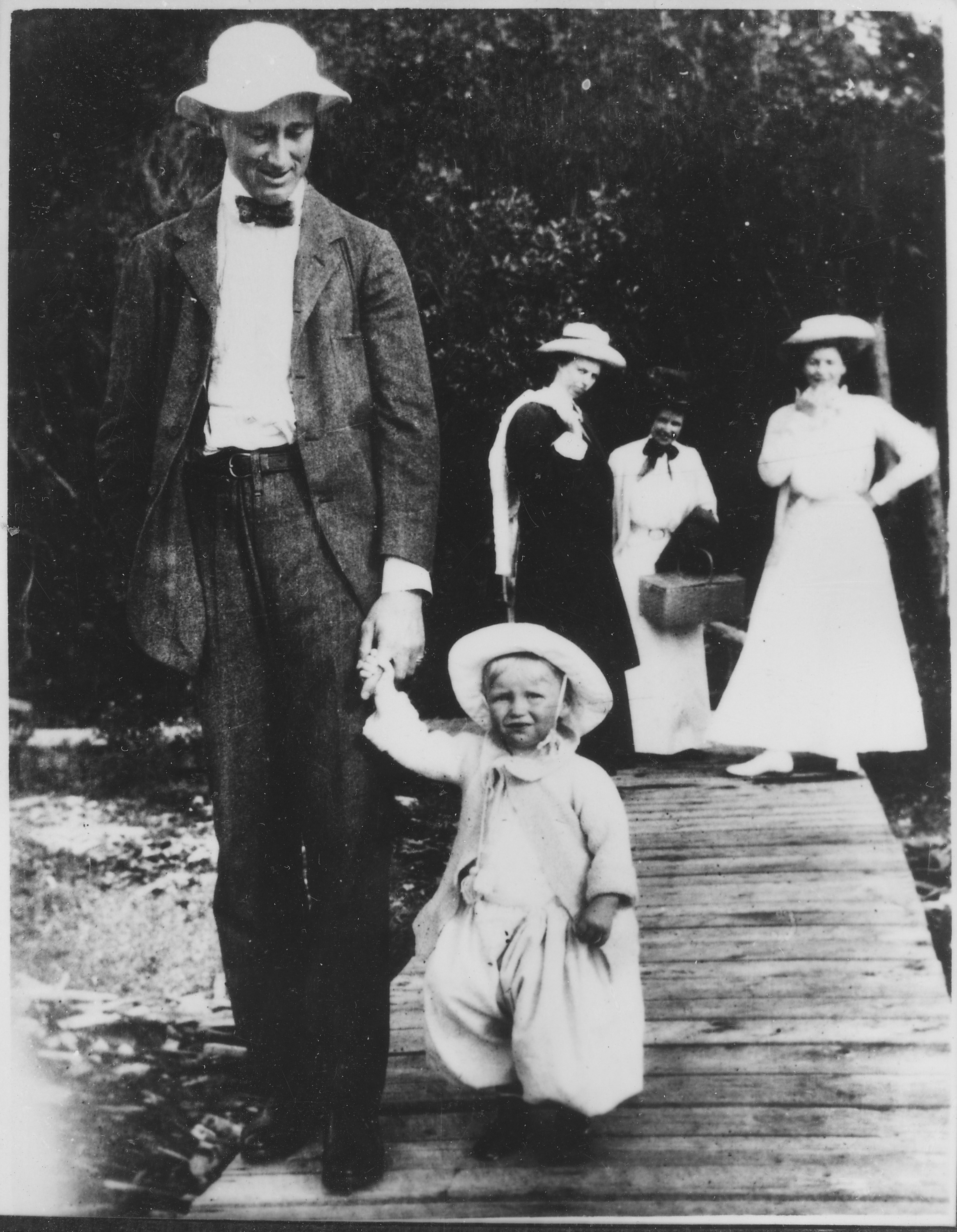 franklin and eleanor roosevelt In 1918, during the fourteenth year of their marriage, eleanor roosevelt, age thirty-three, discovered that franklin, age thirty-six, was in love with her young social secretary, lucy.
