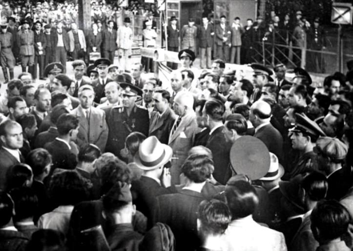 Gheorghe Gheorghiu-Dej, Petru Groza, Vasiliu Rășcanu, Constantinescu-Iași. Gara de Nord, 2 mai 1946.jpg