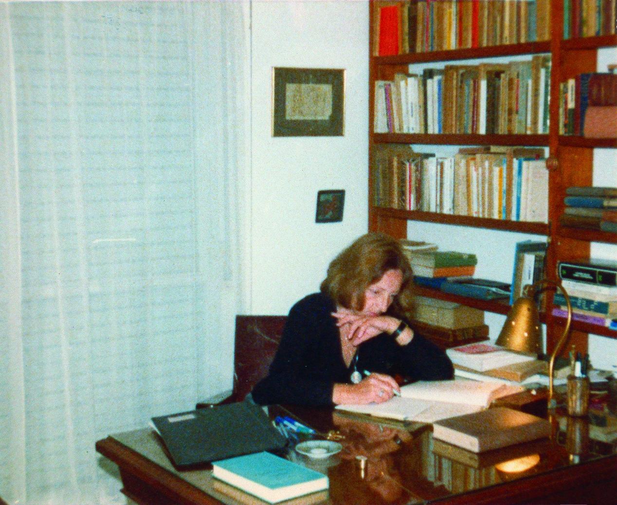 Idea Vilariño en su escritorio en 1983.