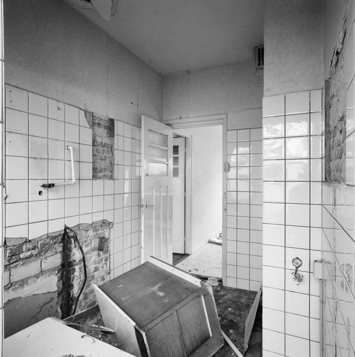 https://upload.wikimedia.org/wikipedia/commons/f/f0/Interieur_badkamer%2C_tijdens_renovatie_-_Hoek_van_Holland_-_20347122_-_RCE.jpg