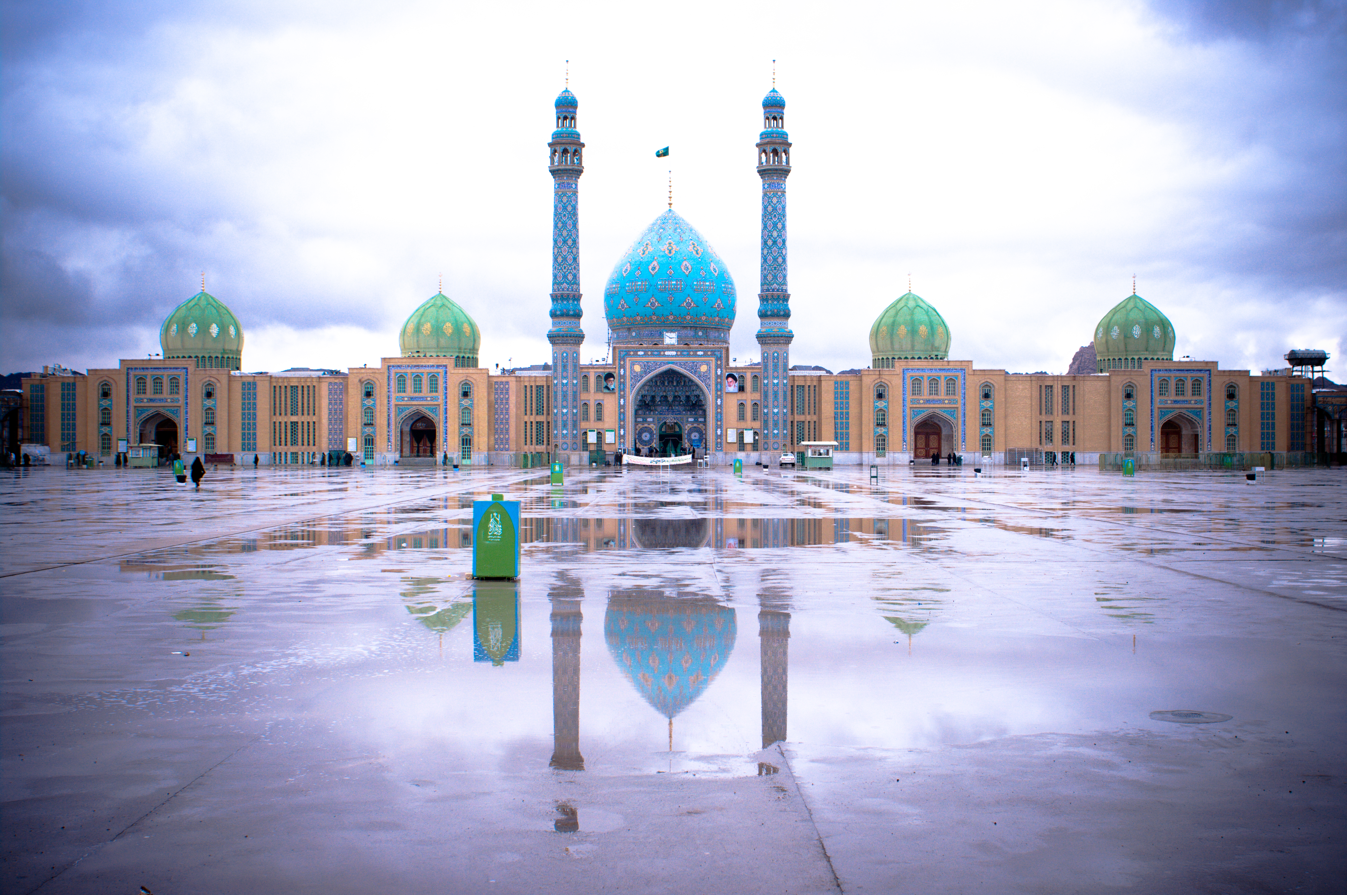 https://upload.wikimedia.org/wikipedia/commons/f/f0/Jamkaran_Mosque-3855.jpg