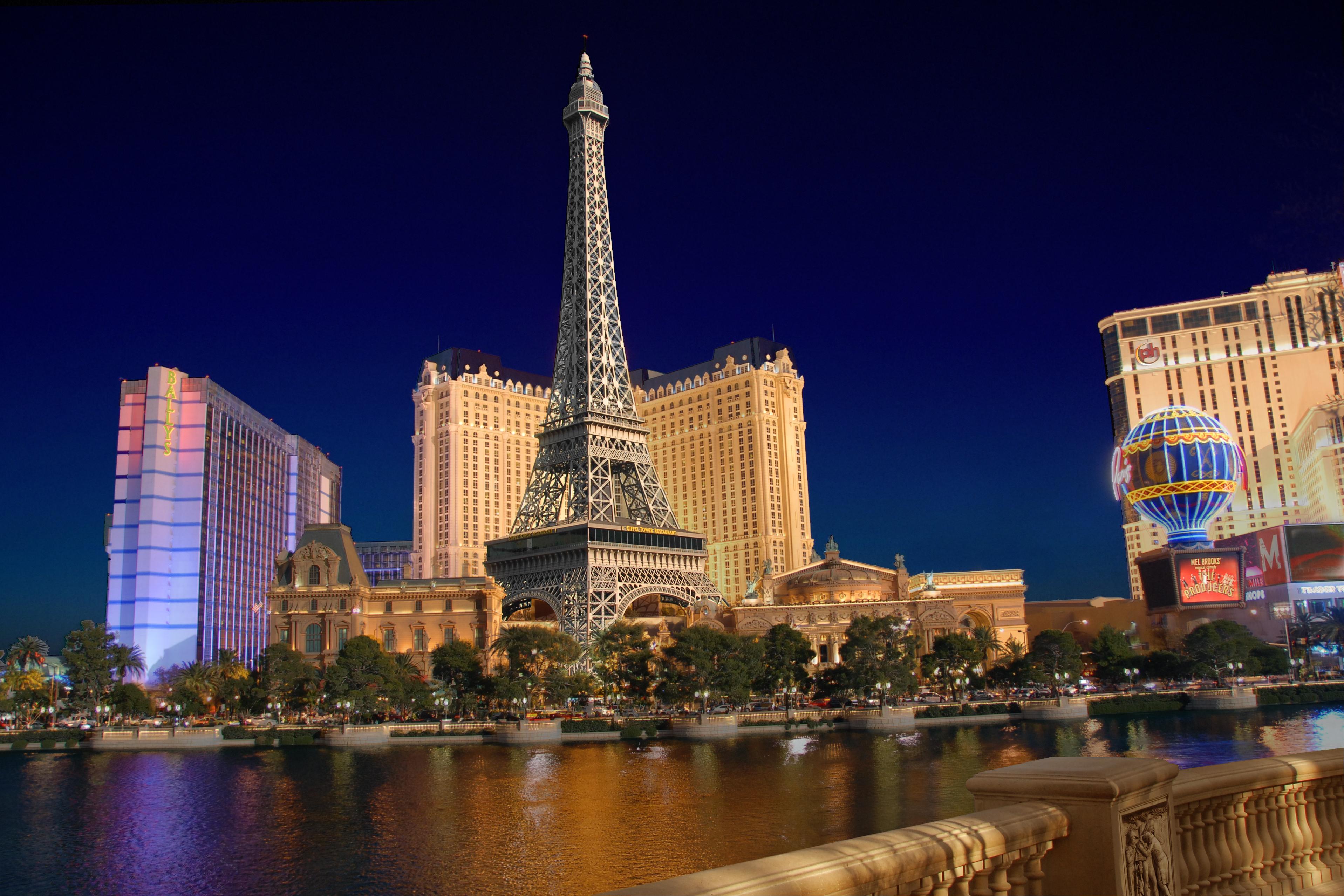 File Las Vegas Paris By Night Jpg Wikimedia Commons