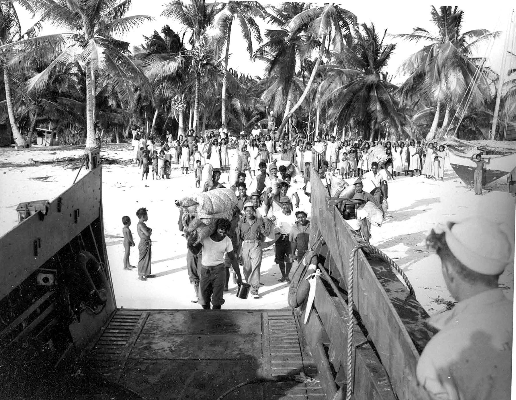 Nativos del atolón de Bikini, abandonando la isla para que los norteamericanos la pudieran fulminar con bombas atómicas.