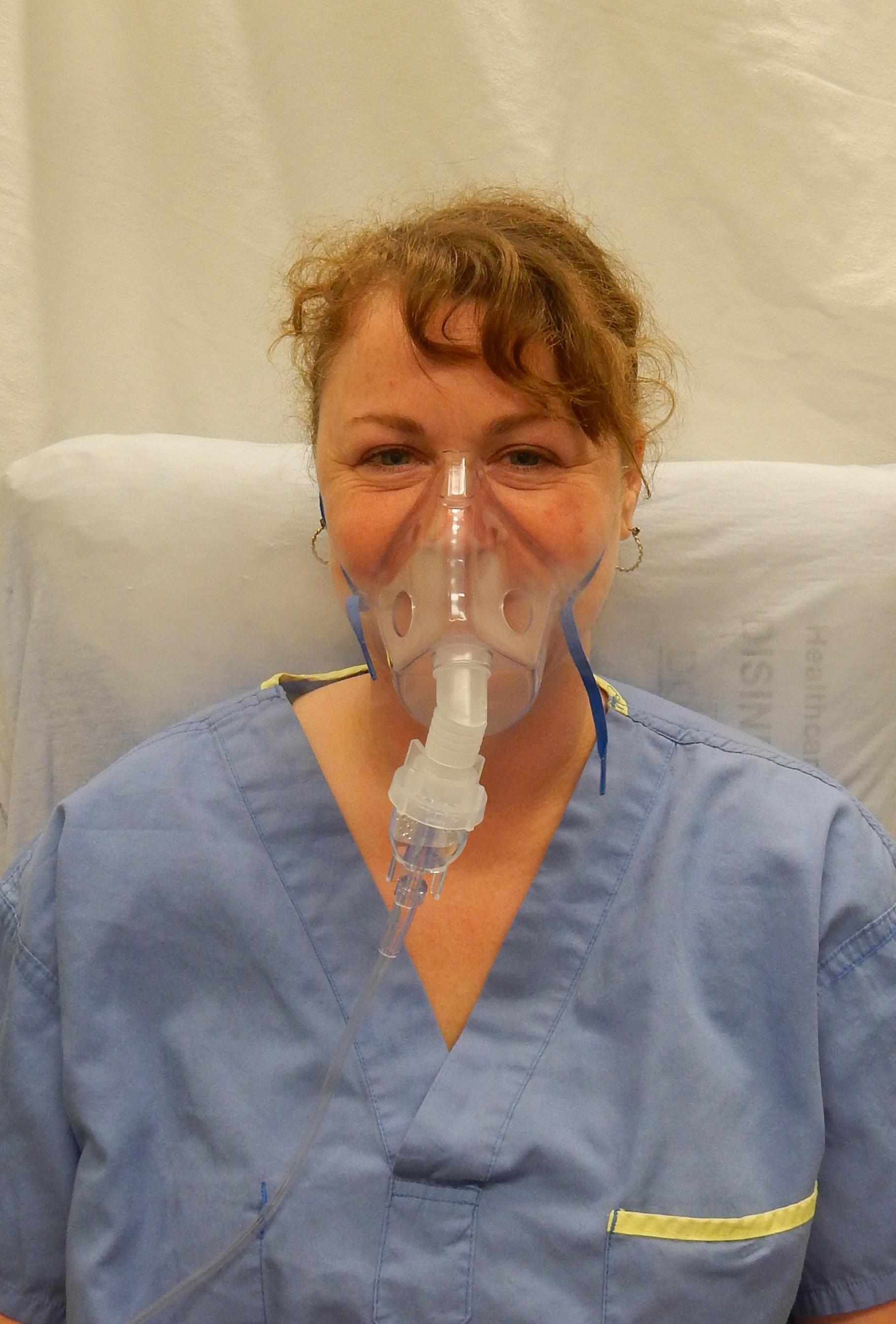 mujer nebulizandose