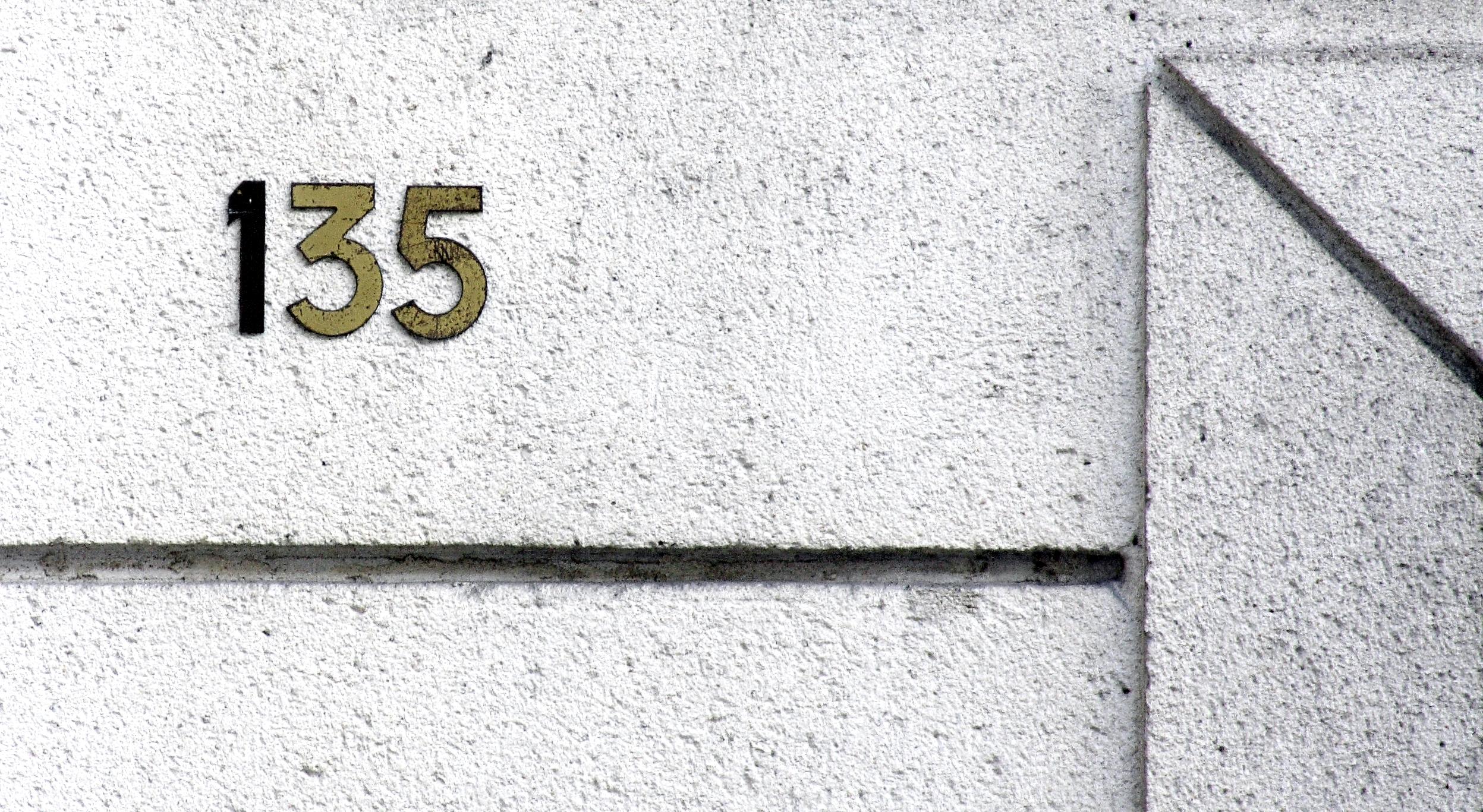 File:Numéro 135, Rue du Château jpg - Wikimedia Commons
