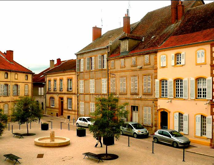File:Place Lamartine-Paray-le-Monial.jpg